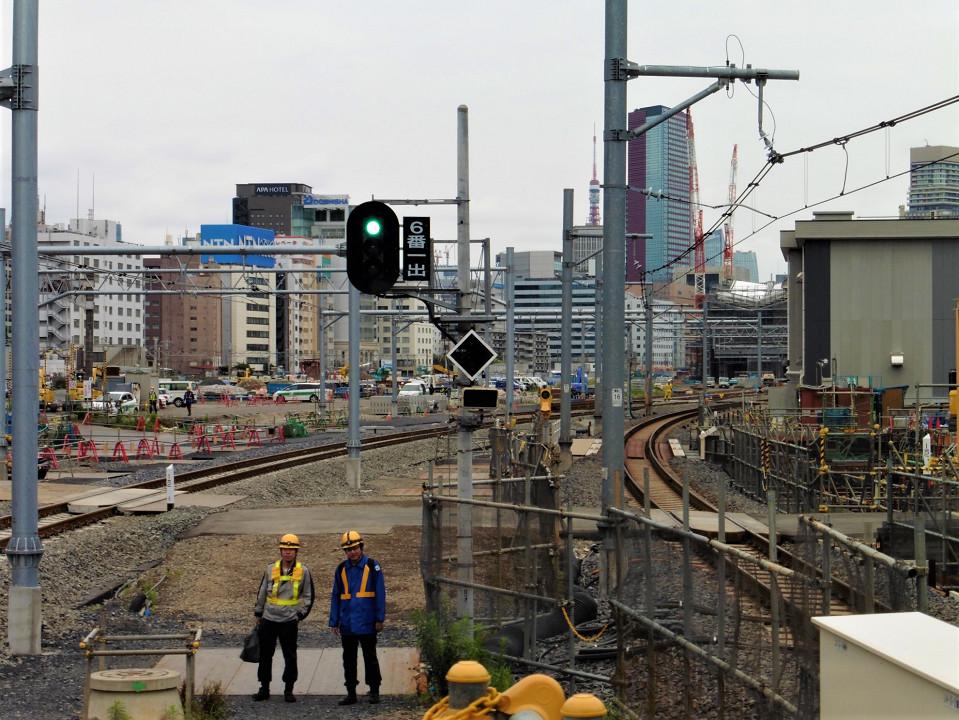 品川駅5・6番線ホーム北側から見た新駅方面の様子。左の緩やかなカーブが京浜東北線南行の新しい線路で、5番線に入ります。右の線路(6番線)は東海道本線の上り線です。