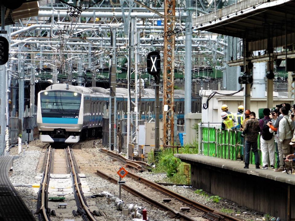 17日10時20分ごろ、線路切り換え後の初列車が5番線に入線。右が京浜東北線南行の旧ホーム(4番線)。