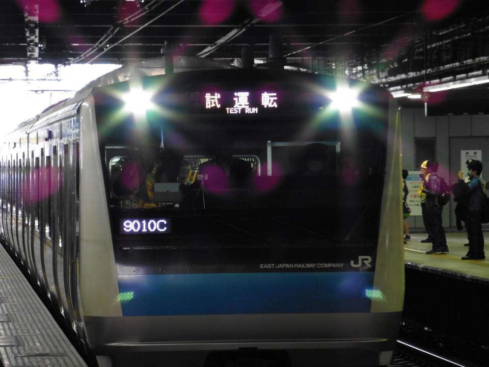5番線から発車する初めての京浜東北線は、「試運転」の表示で入線。到着後、「大船」行きの表示に変わりました。