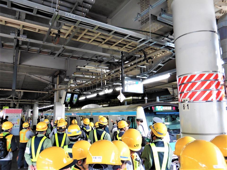5番線初列車には、多くの作業員が集まり、モニターをチェックしたり、タブレットで撮影したりといった様子が見られました。