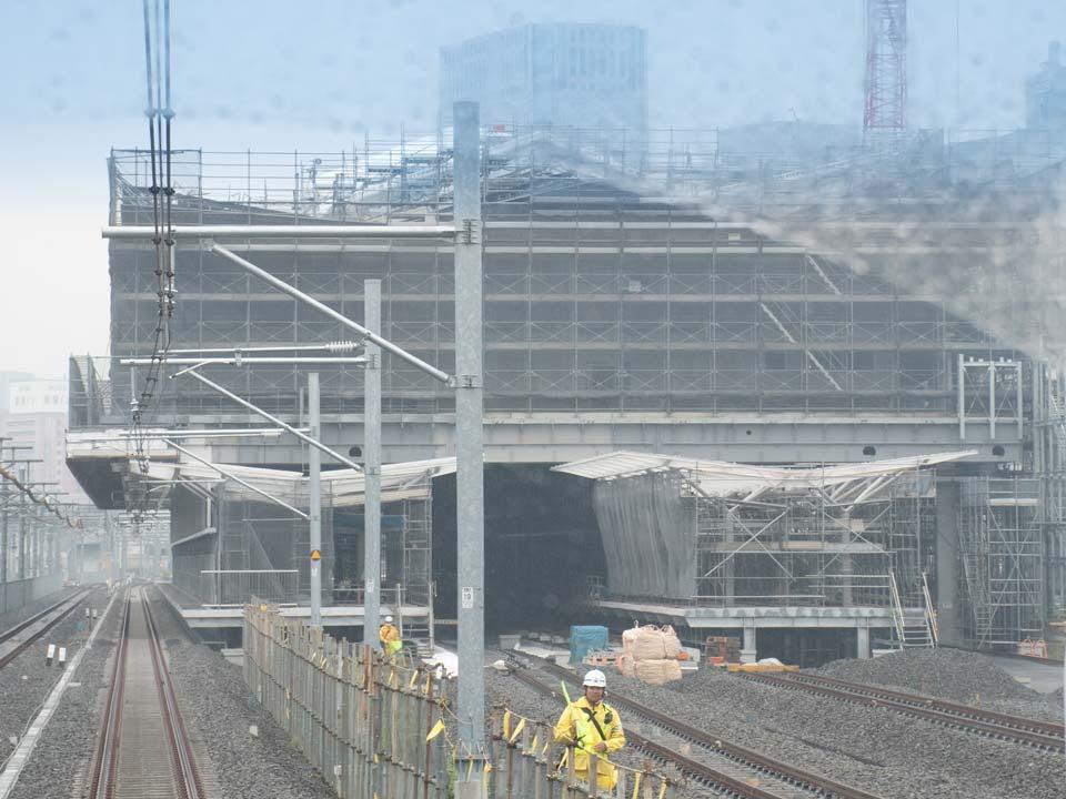 京浜東北線の列車車窓から見た新駅の様子。ホームが整備されつつあります。ホームは2面4線で、各番線には、可動式ホーム柵が設置される予定です。