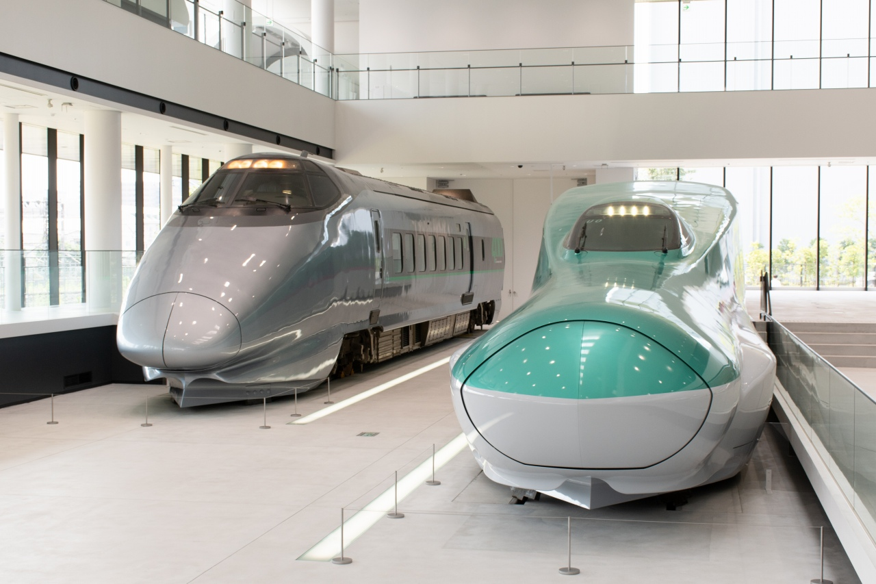 E5系と400系の先頭車。デビュー時期が約20年離れている両形式、要求された性能からくるデザインや車体の幅などを比較することもできます