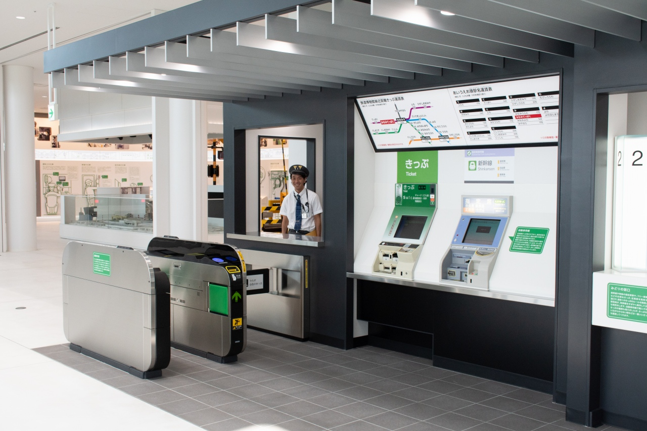 券売機や改札を再現した駅の仕事体験コーナー。MV35型指定席券売機やEV4型自動券売機、最新型のEG20型自動改札機などが設置されています