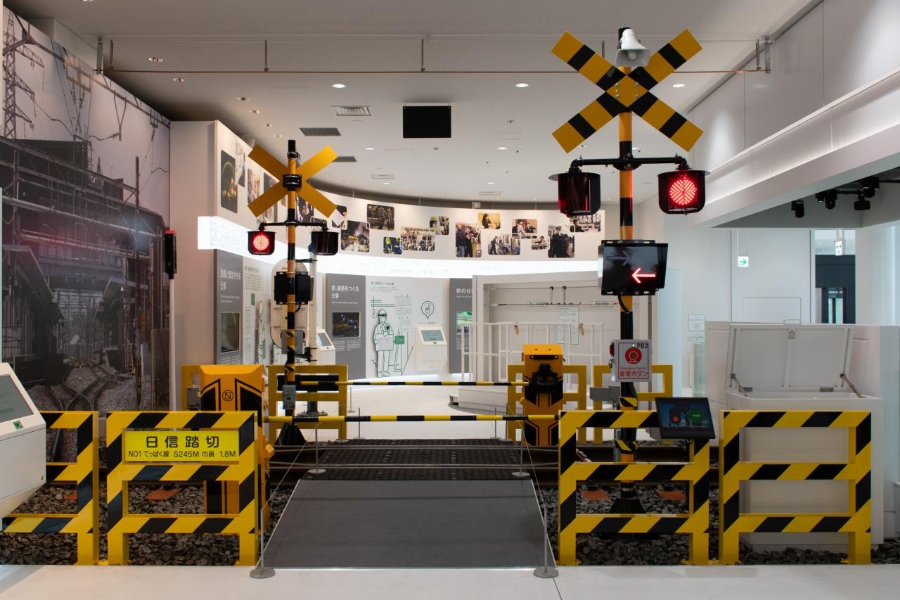 踏切などの安全設備も。日本信号のMWF II型や東邦電機工業の全方向踏切警報灯など、最新型の設備をそろえたとのこと