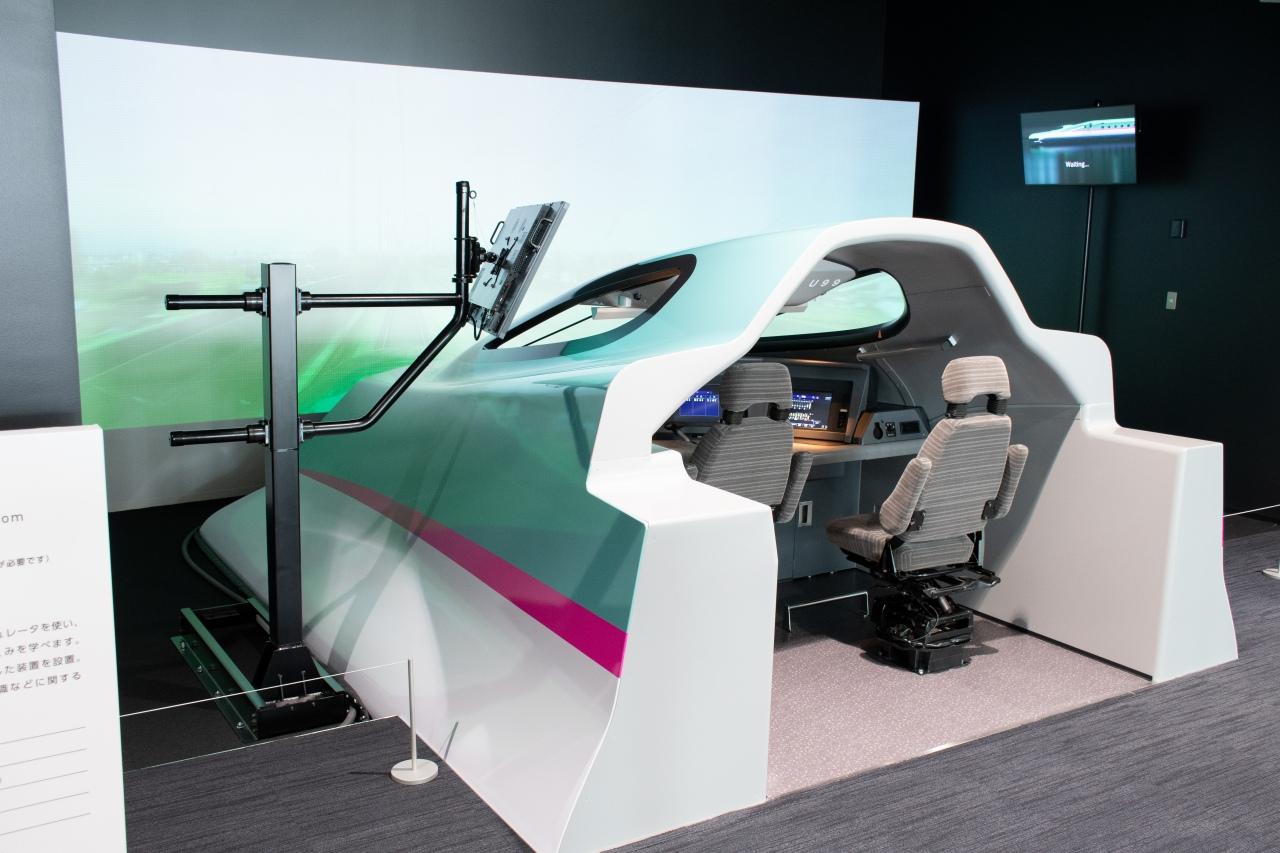 大人気となりそうなE5系のシミュレータ。実物同様の運転台で、新幹線の高速運転を体験できます