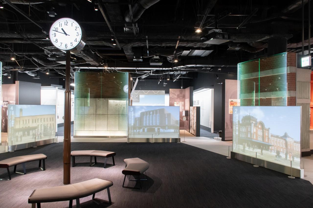 中央の「ひろば」に、時間に正確な運行を磨いてきた象徴として時計を設置。その周囲には、各時代を象徴する駅などを再現した社会展示、その時代に磨かれた技術展示が5つの区分に分けられ展示されています