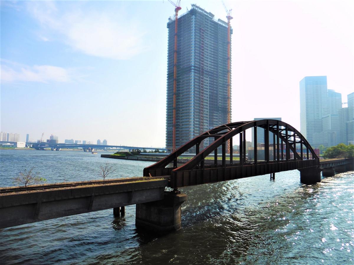 春海橋の江東区側から撮った晴海橋りょう。鋼製のアーチ橋部分の長さは約59メートルあります。橋の奥(写真右側)は中央区晴海二丁目地区。かつての晴海線の用地にあたります。