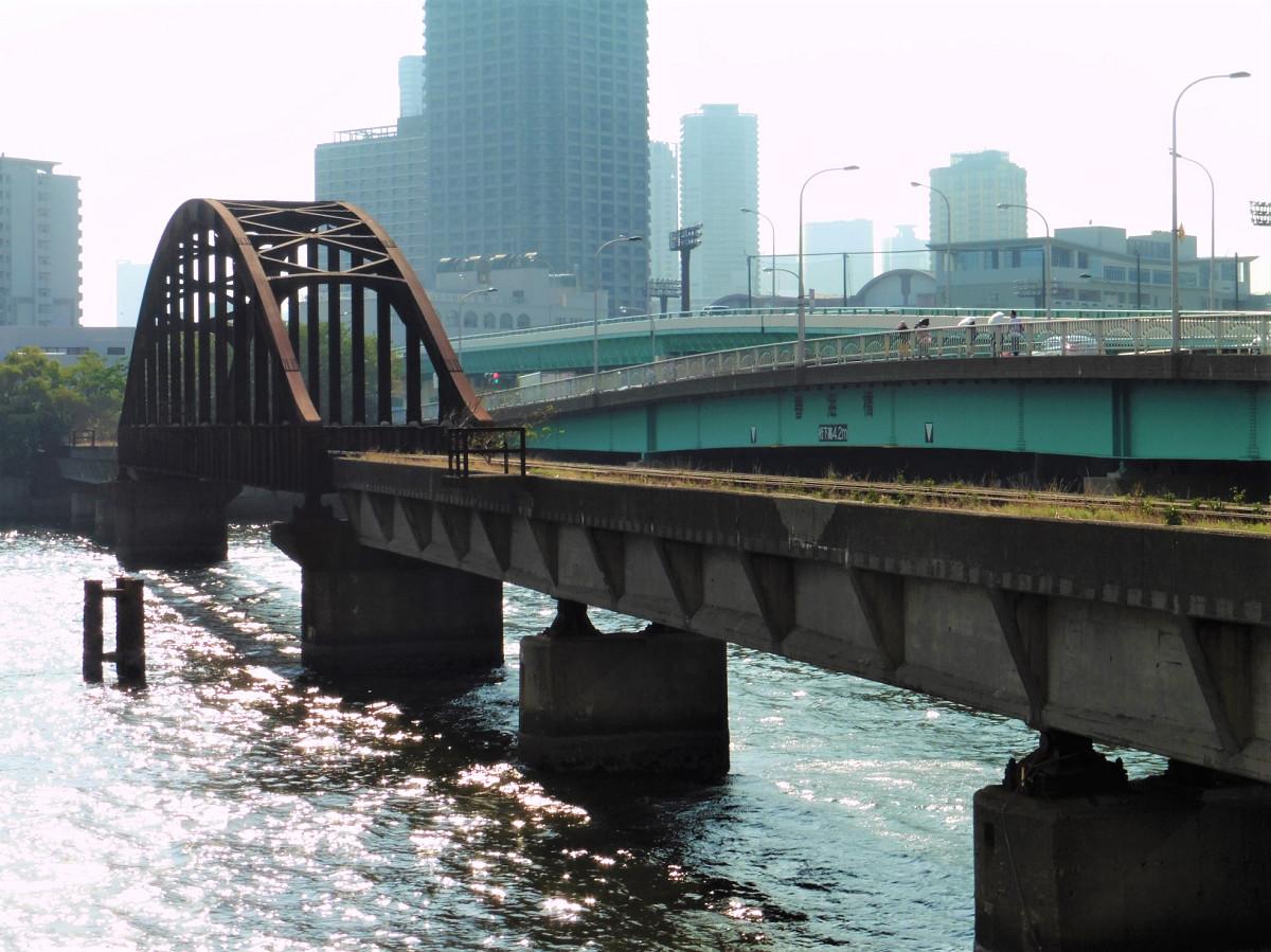 運河に面する春海橋公園側から撮った橋りょう。アーチ橋の前後には、プレストレスト・コンクリート(PC)橋が用いられました。PCの構造物は今日では広く普及していますが、建造当時は新しい技術でした。