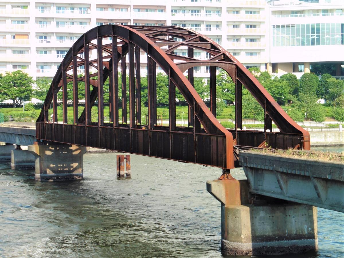 都内では数少ない廃線の橋りょう。線路も撤去されずに残っています。
