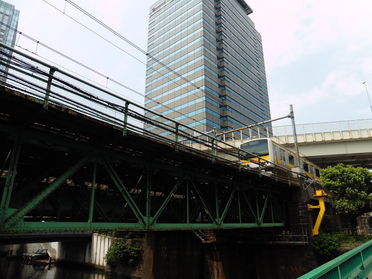 架道橋は、日本橋川をまたぐ必要から架設されました。付近で神田川と分岐する日本橋川は、江戸時代初期に埋め立てられましたが、1903年に開削、復元されたものです。橋りょうの竣工はその翌年、1904年です。