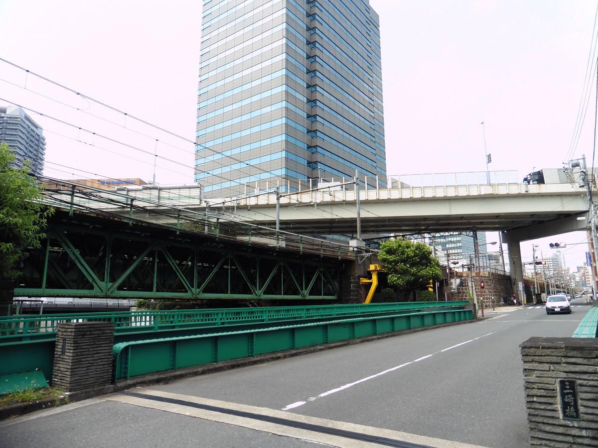 架道橋北側には、三崎橋が架かっています。飯田橋駅は写真右奥方向です。