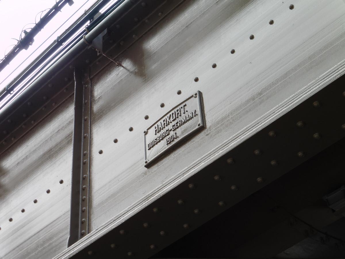 主桁の部分には、製造会社(HARKORT)と製造年(1904年)を記した銘板があります。HARKORT社がドイツのデュースブルクの会社であることもわかります。