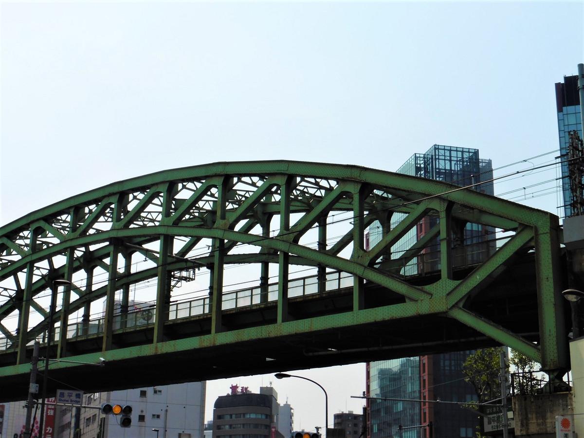 旧松住町側から見た架道橋。下の水平に延びる部材によりアーチ全体の荷重を支え、右下の支点部への負担を軽減しています。アーチには、「ブレーストリブアーチ」と呼ばれる三角形のトラス構造が使われています。