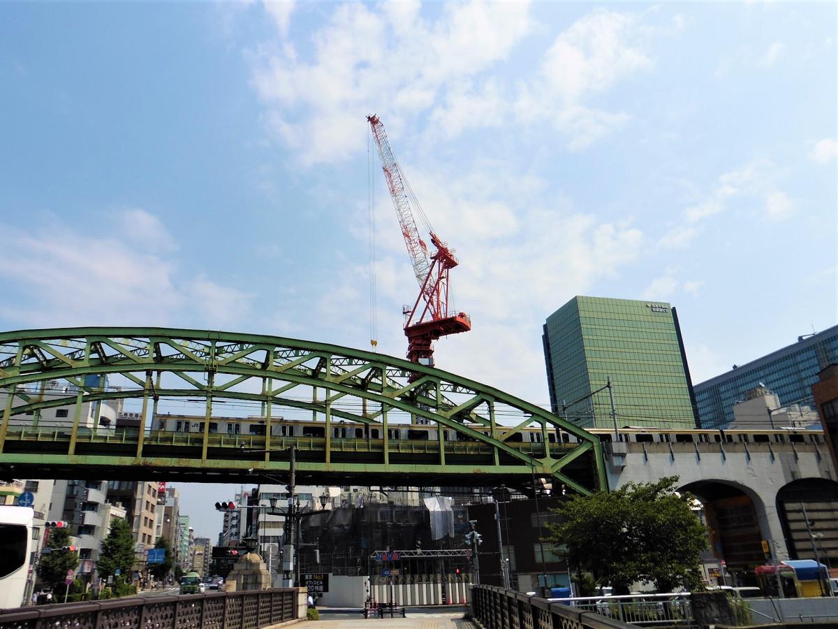 神田川に架かる昌平橋から見た松住町架道橋。全長は約72メートルです。写真右方向に、秋葉原駅があります。