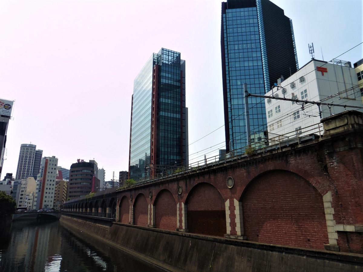 松住町架道橋付近には、万世橋高架橋があり、高架上を中央線快速列車などが走っています。この万世橋高架橋も都内の鉄道遺産の一つ。松住町架道橋の20年前、1912年に完成しました。
