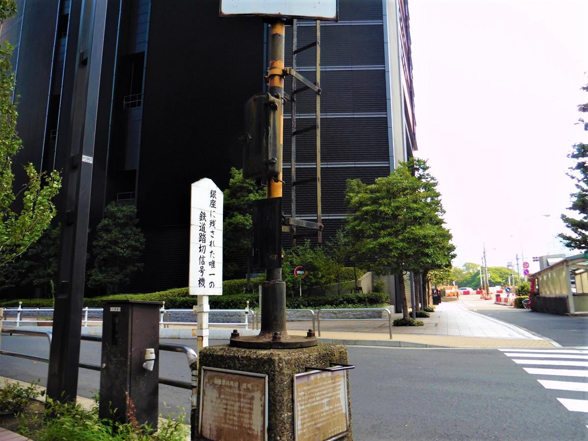 警報機の台座部分には、解説が掲示されています。左は踏切の説明で、右は「保存理由」と題する解説文です。「都民の暮しの台所を支えて来たこの信号機を、国鉄廃止に当り捨て去られるのにしのびず」(原文)といった一文が記されています。