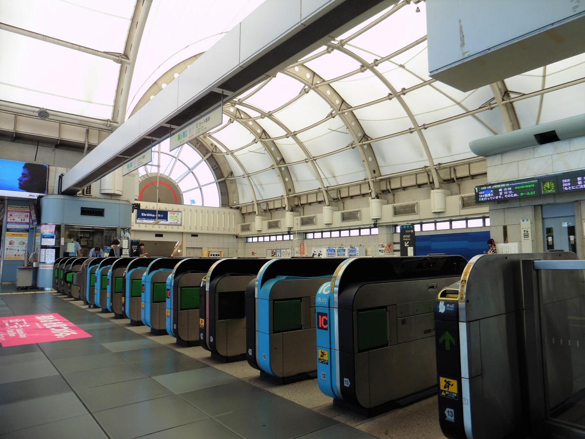 国際展示場駅の改札口。奥に見える有人改札は、2018年度中に拡張し、窓口機能を充実させるとしています。