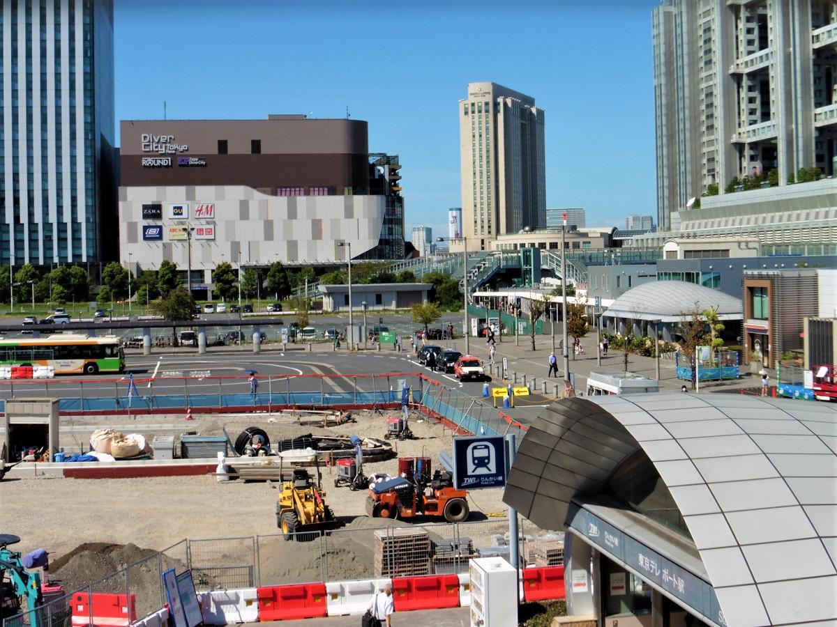 東京テレポート駅南側に広がる駅前広場。改修工事が進んでいます。工期は2019年2月末までの予定です。