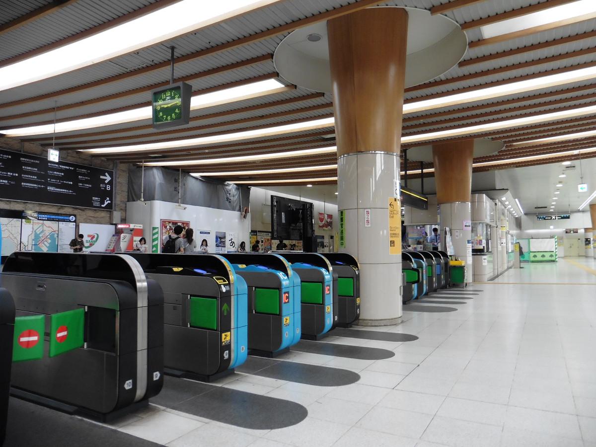 東京テレポート駅の改札口。改札コンコースは地下1階、ホームは地下3階にあります。国際展示場駅同様、有人改札部分(自動改札の奥、円柱後方)は、窓口を広げる工事が予定されています。