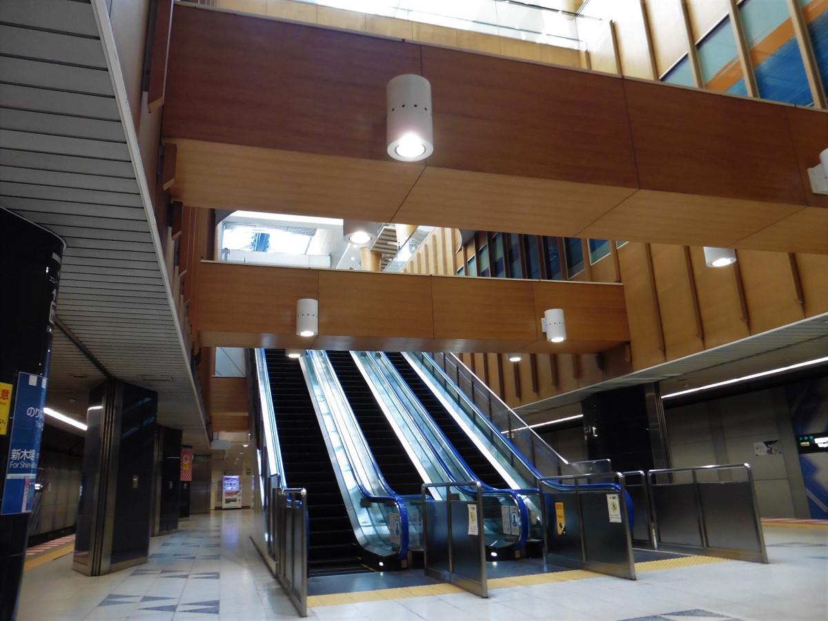 東京テレポート駅のホーム(西側)。地下3階部分から地下1階部分に直通する長いエスカレーターがホームの東西にそれぞれあります。エレベーターはホーム中央部に1基ありますが、西側にもう1基設置されます。