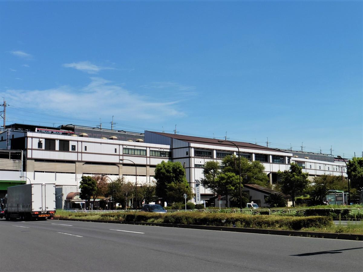 新木場駅の駅舎外観。駅はJR、東京臨海高速鉄道、東京メトロの3社共用で、複層的な構造になっています。改札口は各社で別々ですが、同一階(3階)にあります。