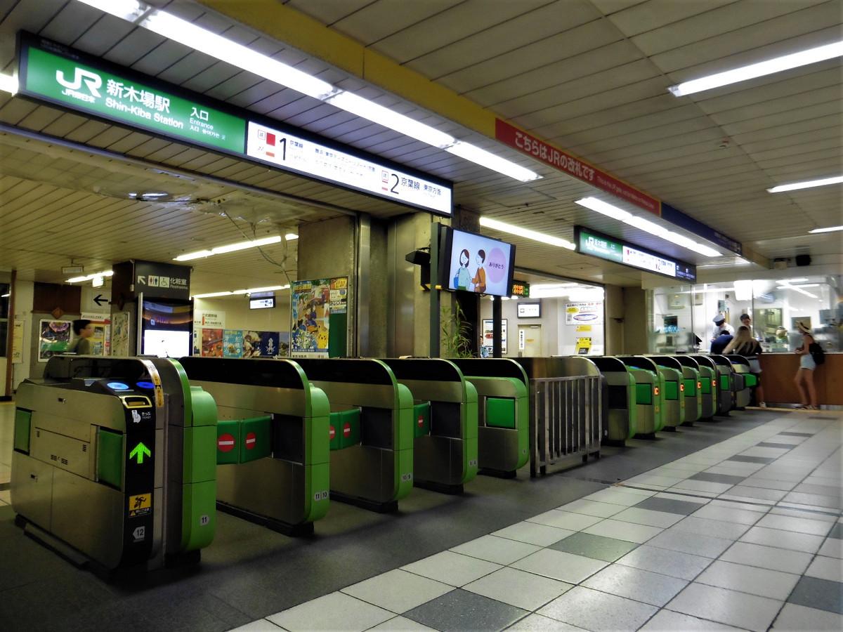 JR新木場駅の改札。改良工事により、現行の11通路から13通路に増える予定です。