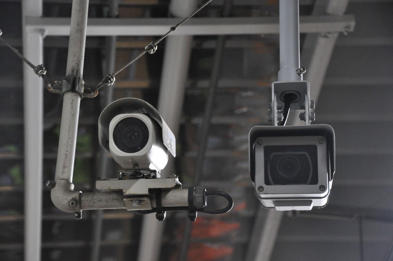 駅構内の監視カメラは更新が進められている(右側が新型)。