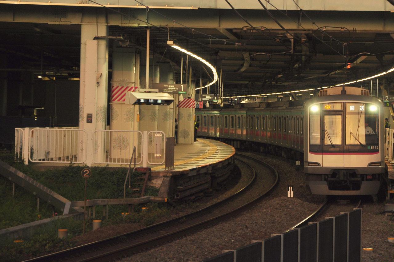 4時間11分停車した回送列車が、まもなく発車。