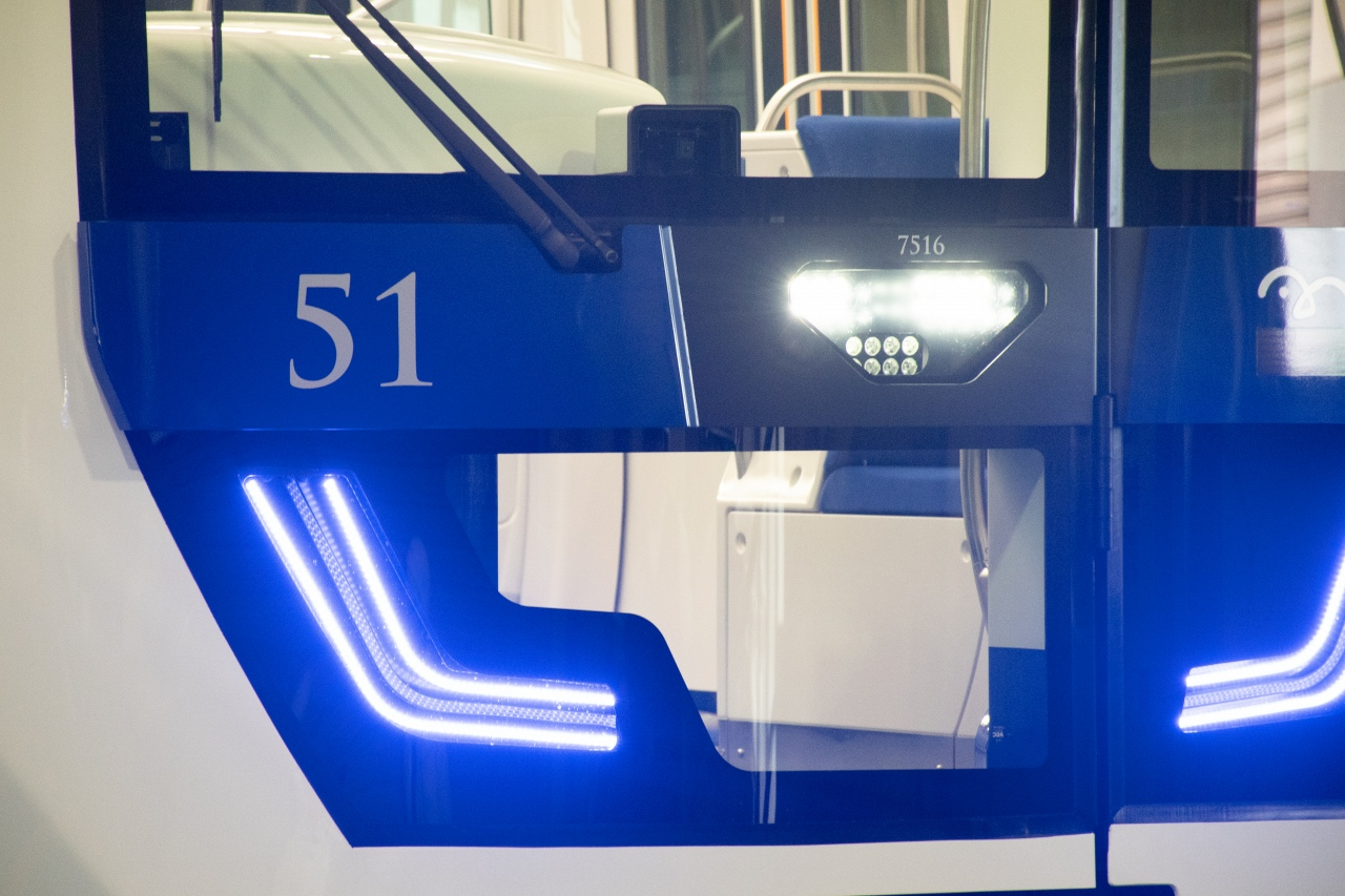 7500系で目を引く発光式自動運転灯。無人運転時の先頭車両において青色に発光します
