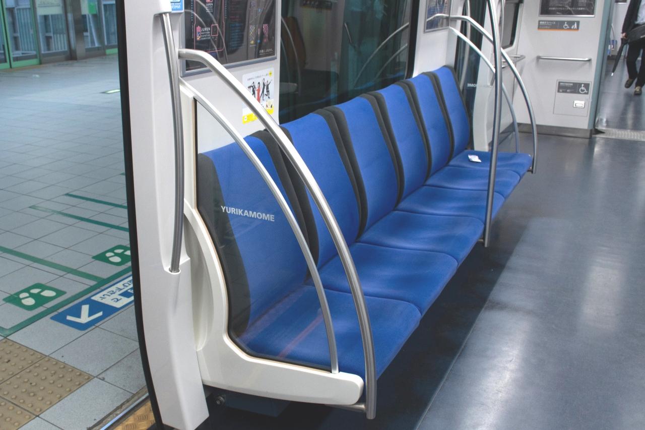 7300系の座席(参考)。座席袖の握り棒は、壁に向かって伸びています