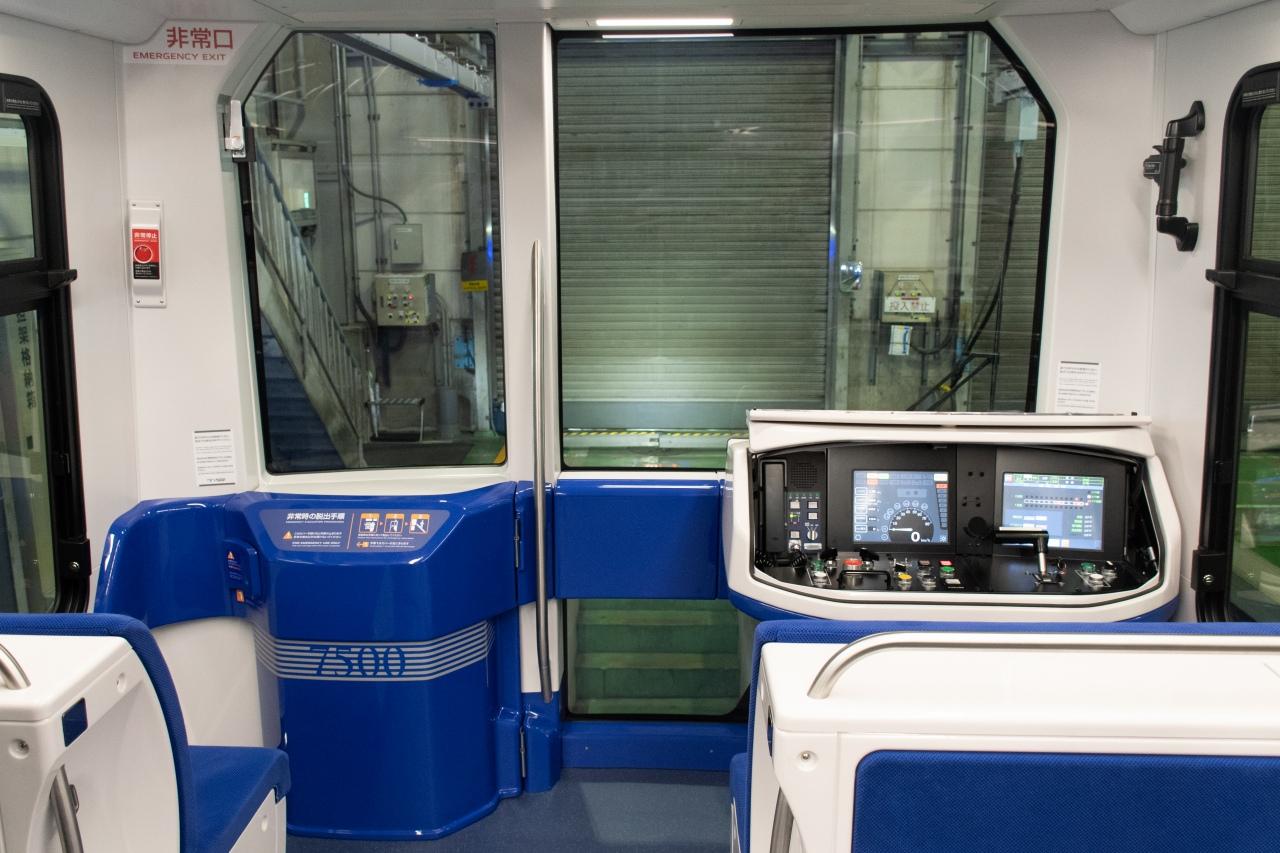 従来車から引き続き設置された先頭部の座席。前面窓に改良が加えられたとのこと