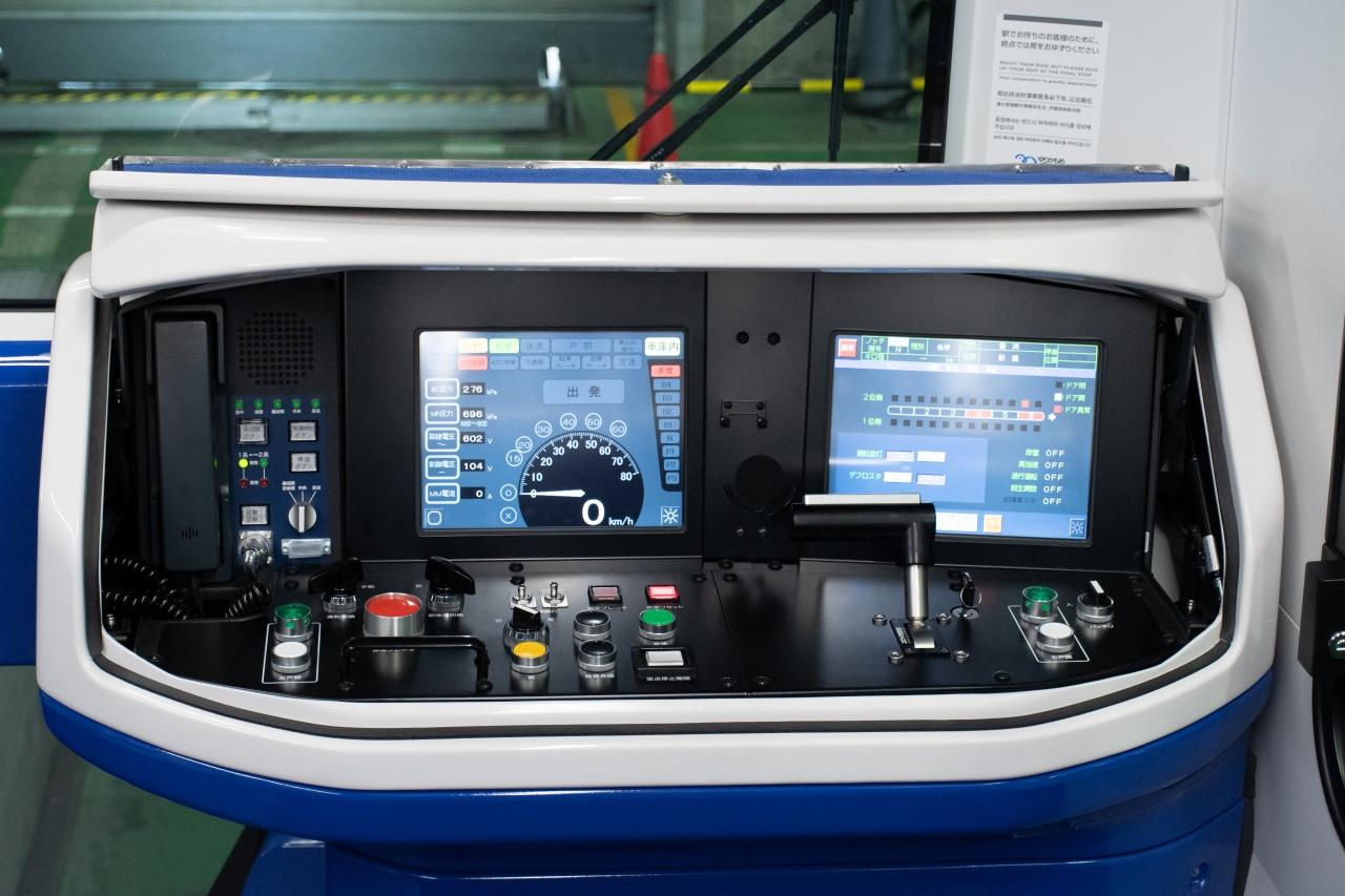 7500系の運転台。有人運転に備えた設備で、無人運転時には蓋がされ見ることはできません