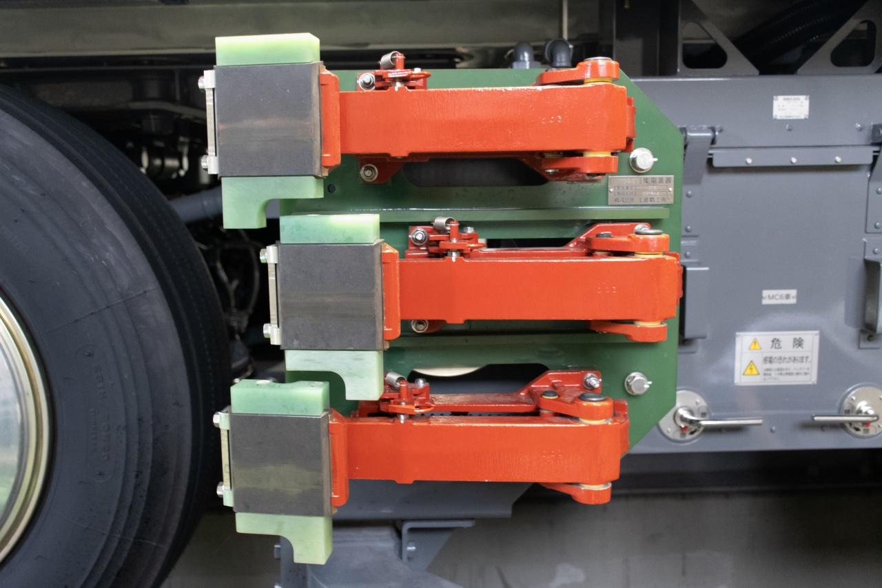 先頭車両に設置された霜取装置。通常の集電装置と同じ外観ですが、集電用の母線は設置されておらず、霜取の機能に特化しています