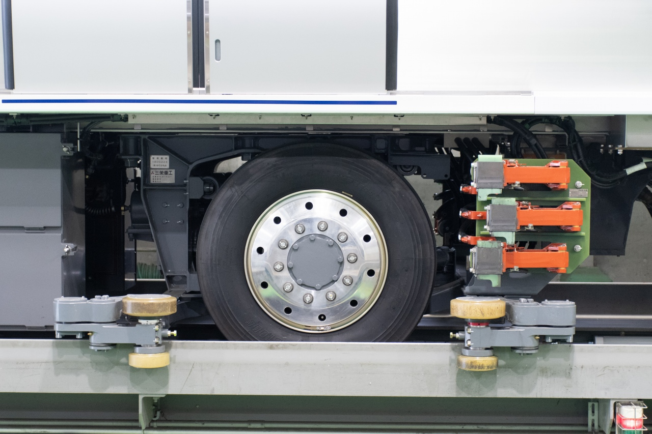 台車は、4案内輪式車軸ボギー方式。1両あたり4本の走行用タイヤを装備するほか、走行用タイヤ脇にクリーム色の案内輪を設置しています