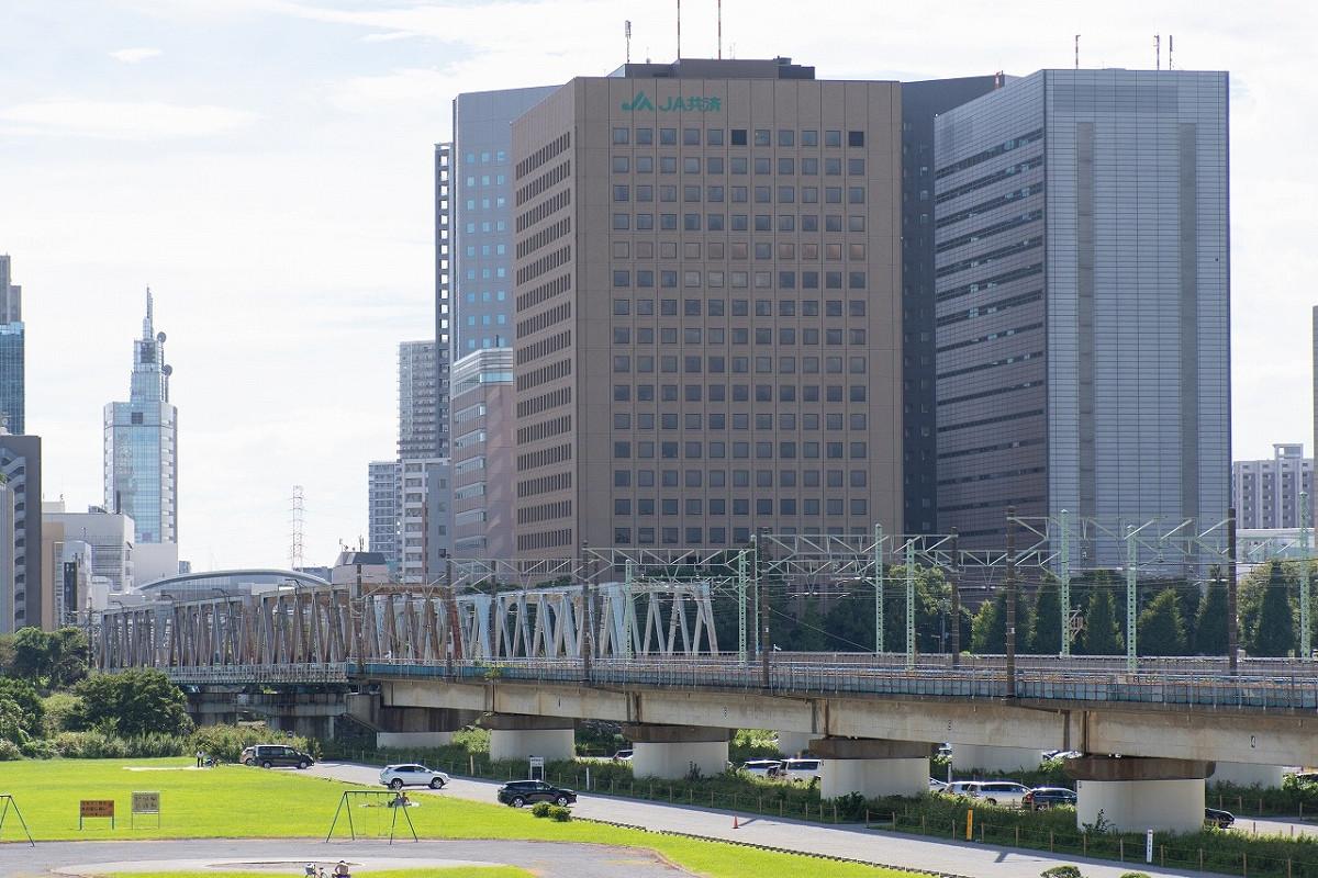 多摩川下流部に架かる六郷川橋りょう。鉄道開業時は木橋でしたが、1877年に複線化工事とあわせて、鉄製の橋に架け替えられました。現在の橋りょうは4代目になります。