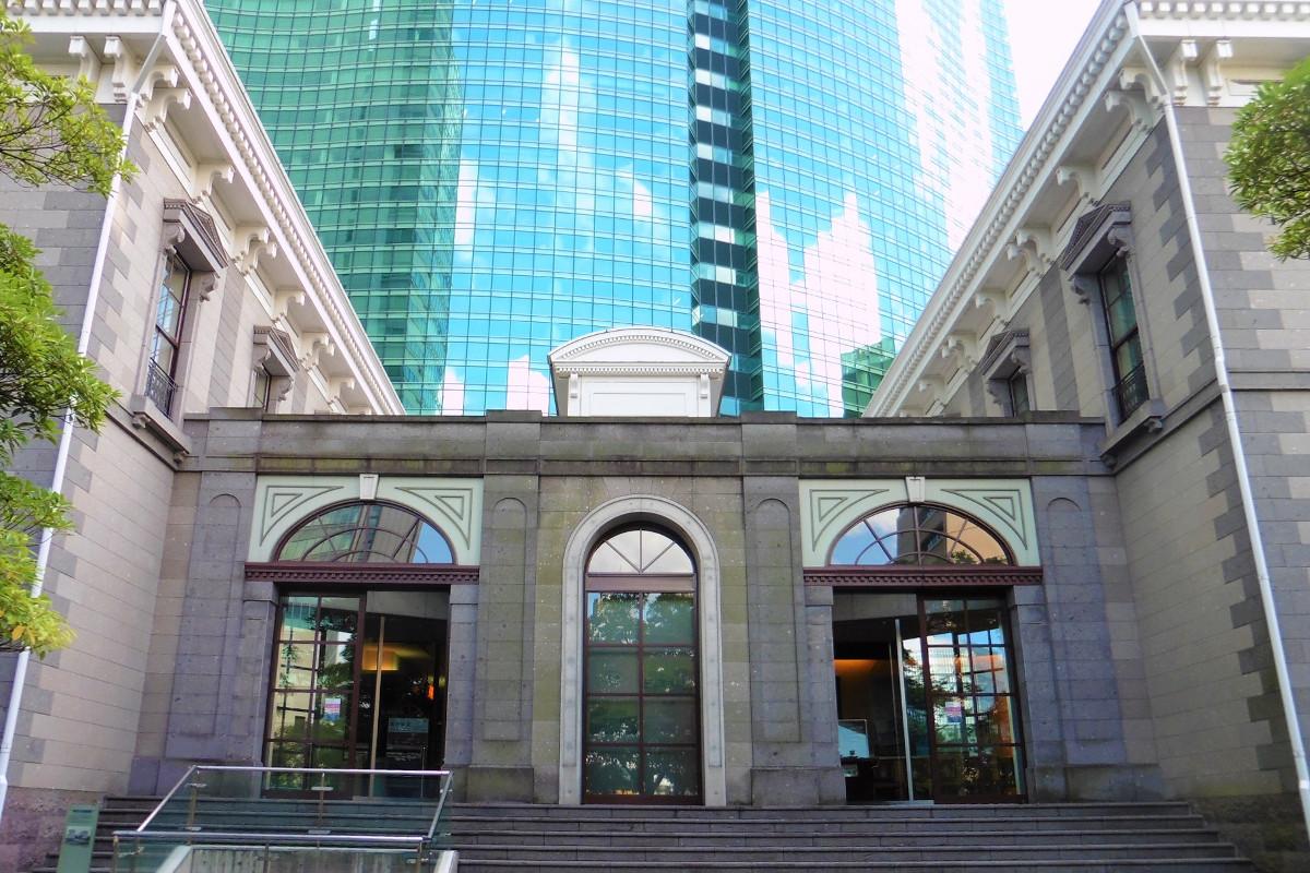 旧新橋駅にあたる位置に建つ資料館「旧新橋停車場」。2003年に竣工しました。2階には、「鉄道歴史展示室」があり、企画展示などが行われています。