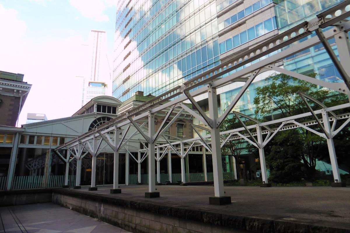 1991年より行われた発掘調査で、旧新橋駅の駅舎やプラットホームなどの基礎にあたる遺構が見つかりました。旧新橋停車場には、その遺構をもとに復元したプラットホームがあります。元の長さは約152メートル。復元されたのは、駅舎寄りの25メートル分です。