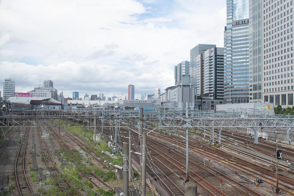 品川駅南側の様子。鉄道開業当時は単線でしたが、その後、品川~横浜間を結ぶ線路は増え、横須賀線も含めれば6本に。品川付近では、これに山手線や東海道新幹線も加わります。その線路の東側(写真右側)は、高層建築物が肩を並べ、水路や東京湾はそのさらに東に。海に築堤を設け、汽車が走ったというのは、はるか昔話です。