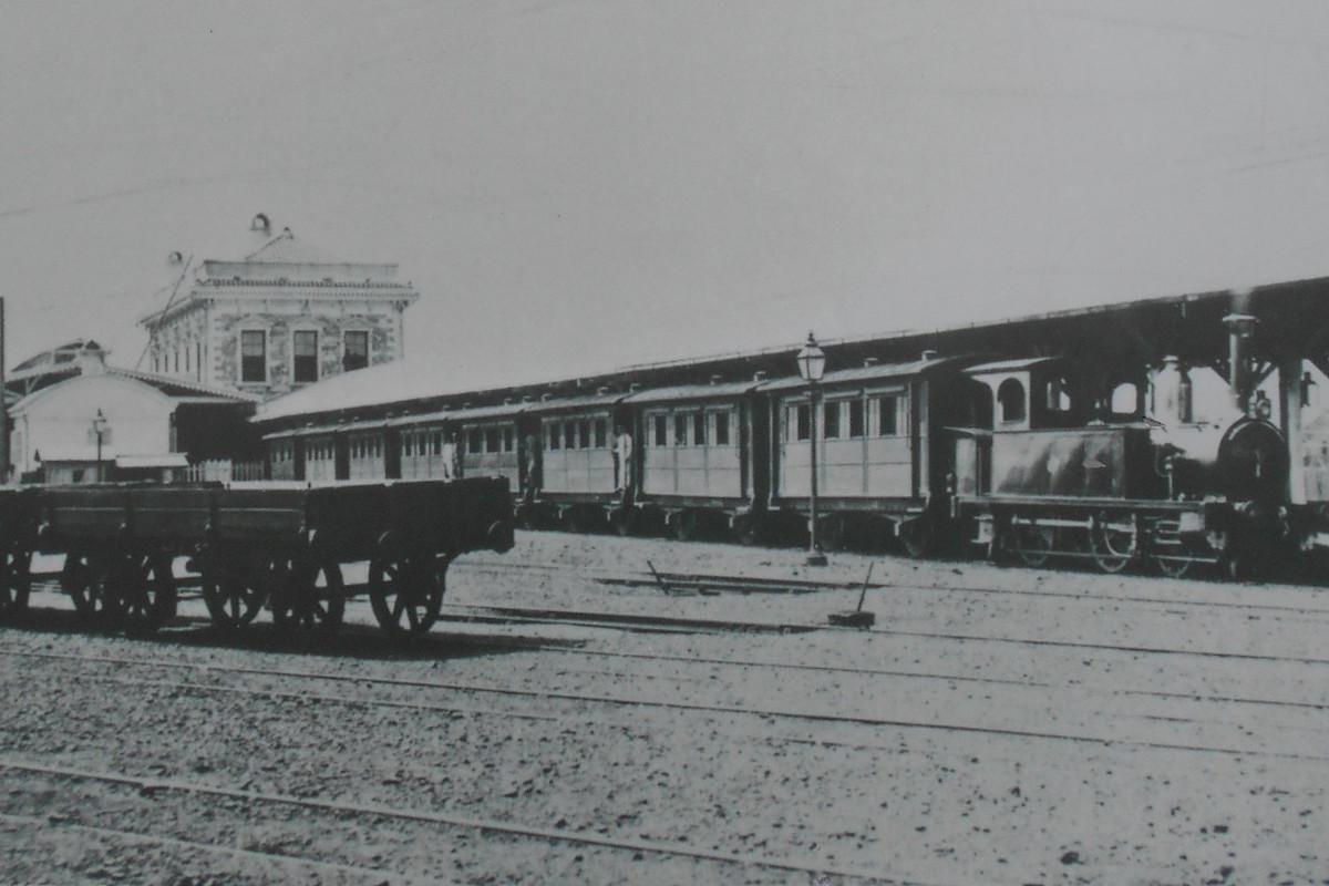 初代横浜駅に停車する汽車など。この写真は、東横線桜木町駅跡地広場の一角に、解説とともに展示されています。