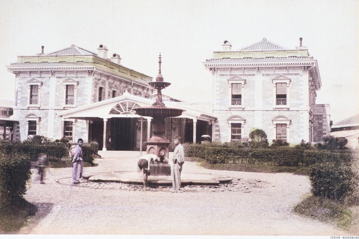 1887年ごろの横浜停車場。桜木町駅南改札口前の陸橋壁面に、横浜開港資料館所蔵の写真を拡大した複製が掲出されていて、往時の姿をしのぶことができます。駅舎は、旧新橋駅と同じデザインです。