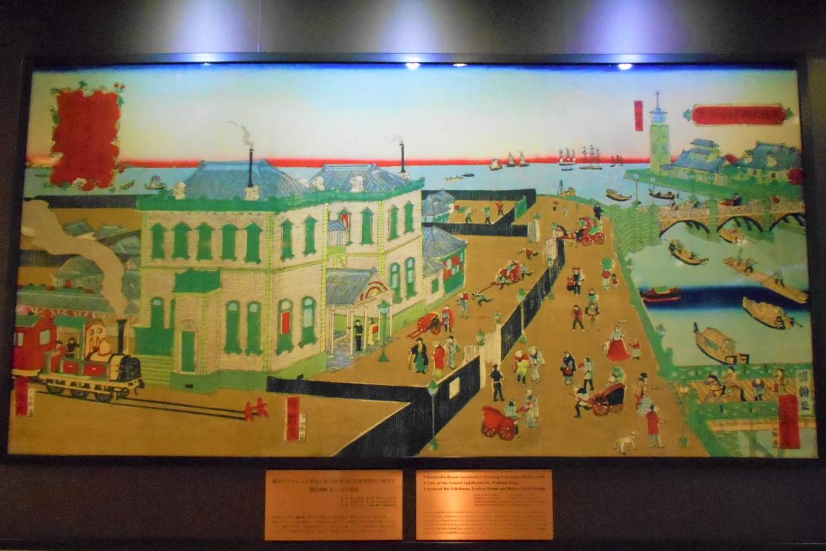 桜木町駅構内にある「横浜ステーション蒸気入車之図並 海岸洋船燈明台を眺望す 横浜商館 並ニ 弁天橋図」の複製。駅に汽車が入ってくる様子が描かれています。作者は、浮世絵師の歌川国鶴。原版は、1874年ごろの作です。