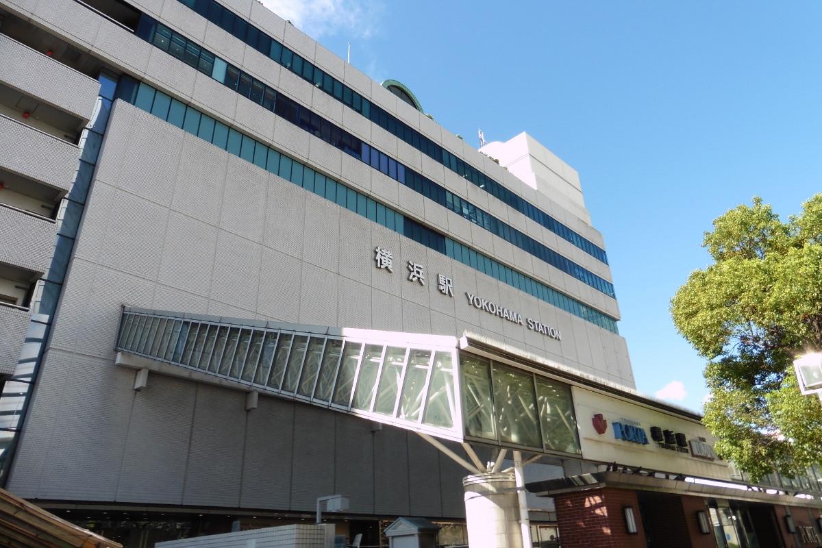 現在の横浜駅。3代目にあたります。初代横浜駅は、今の桜木町駅で、2代目は市営地下鉄高島町駅付近にありました。現在地に移設されたのは、1928年のことです。
