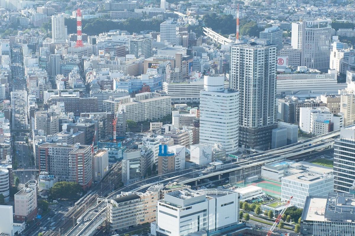 横浜駅周辺の俯瞰。左下には、鉄道開業時からの線路用地(現在のJR根岸線)が見えます。この線路の右側は、かつて海が広がっていました。
