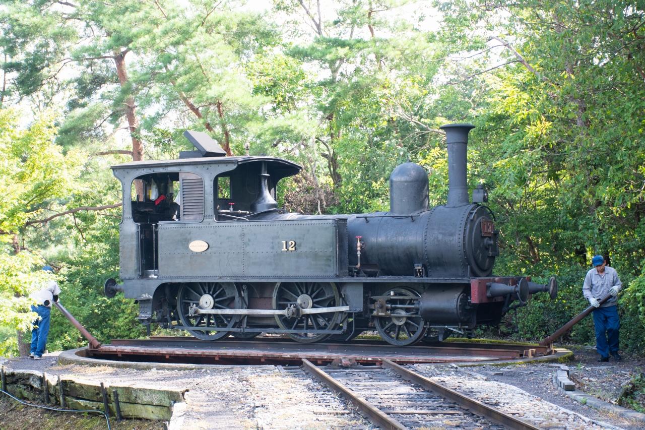 機関車を方向転換するターンテーブルは手動。こちらも明治時代に製造されたものだといいます