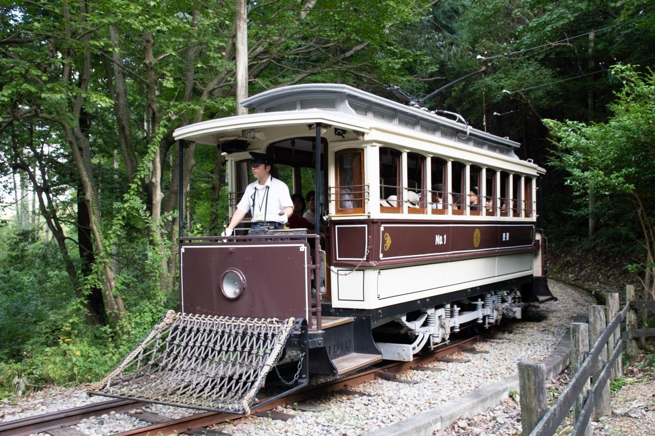 SL列車とともに村内を走る京都市電。明治時代に製造され、京都市内を駆け抜けた実物の車両です