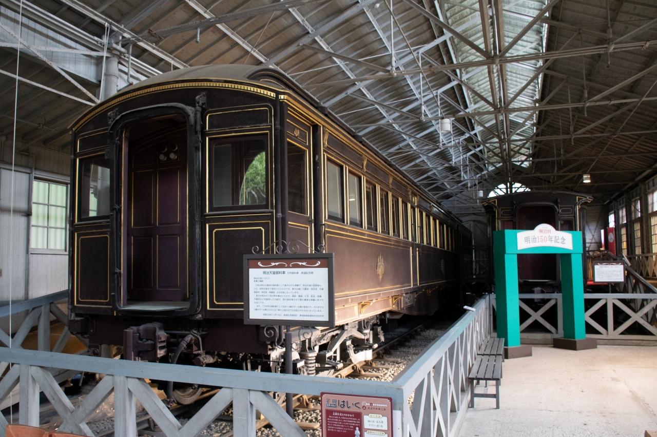 鉄道局新橋工場の内部に保存されている、明治天皇など皇族が利用した「御料車」。三種の神器を安置する台座など、独特の内装を観察できます