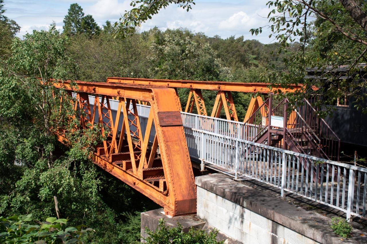 かつて東海道本線の橋りょうとして使用された六郷川鉄橋。展示物であるとともに人道橋としても現役の建築物です。明治村に保存されているのは建設当時の6連のうち1連ですが、ほかに1連がJR東海の三島研修センターに保存されています