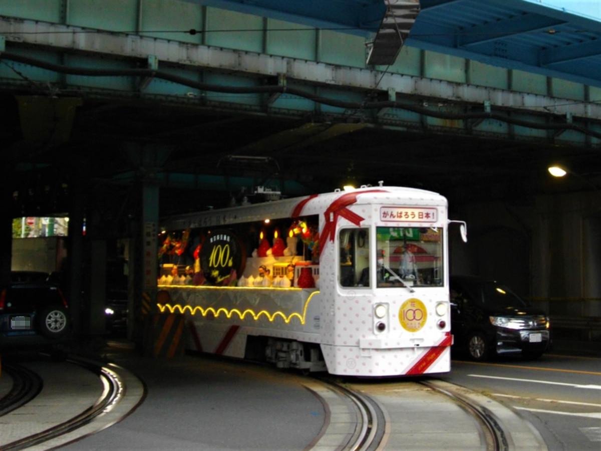 33年ぶりに復活した花電車。電飾が鮮やかで華々しい印象を受けました。2011年10月1日、王子駅前で撮影。