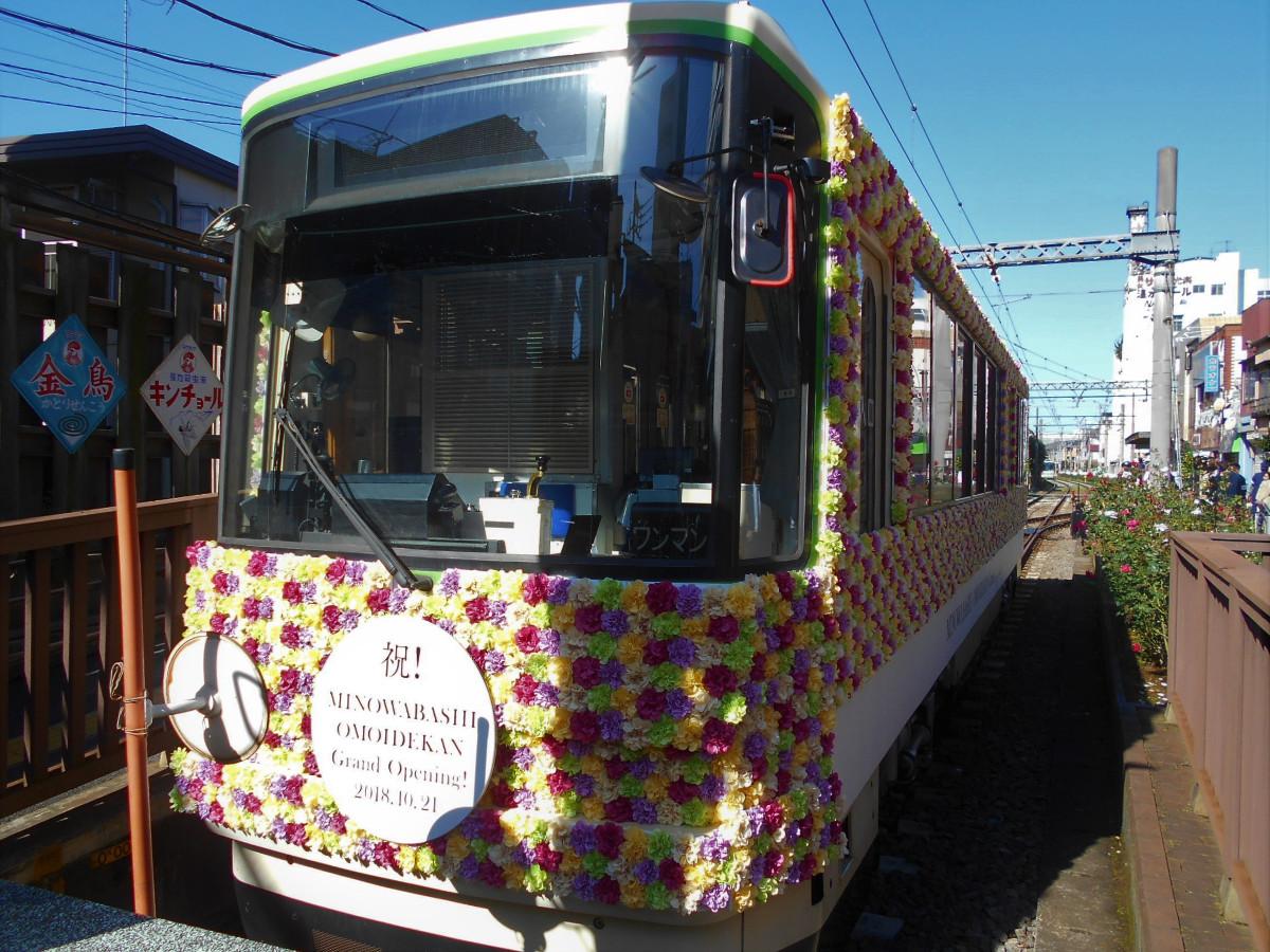 8500形8502号による「花電車」。イベント開催前に花を取り付ける作業が進められ、車体周りが花で覆われました。