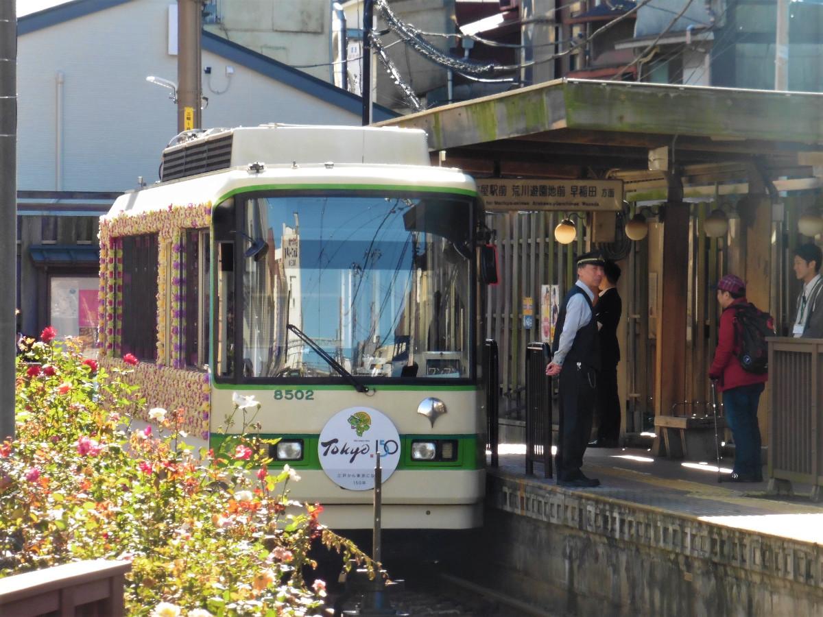 停車中の8502号。この日の早稲田側の先頭部には、「東京150年」を記念するヘッドマークが取り付けられていました。車内では、古い都電の写真等を使ったポスターが掲出され、往時の東京を振り返ることができます。